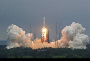 Roket Long March 5B yang membawa modul untuk stasiun luar angkasa Tiongkok lepas landas dari Situs Peluncuran Pesawat Luar Angkasa Wenchang di Wenchang di Provinsi Hainan Tiongkok selatan, Kamis, 29 April 2021. (Sumber: AP Photo/Chinatopix)
