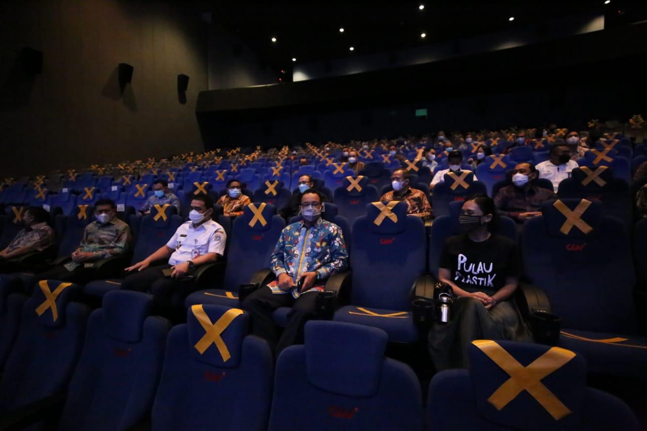 Gubernur DKI Jakarta, Anies Baswedan saat nonton film Pulau Plastik.