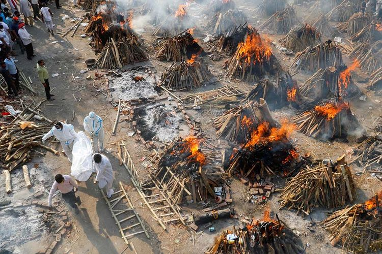 Suasana kremasi masal mereka yang meninggal dunia akibat penyakit virus corona (Covid-19) di sebuah krematorium di New Delhi, India, Senin (26/4/2021). India dihantam kengerian dengan lonjakan kasus Covid-19 mencetak rekor tertinggi dunia melampaui 17 juta kasus.(REUTERS/ADNAN ABIDI)