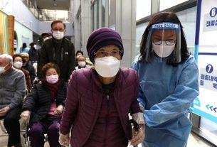 Seorang perempuan lanjut usia Korea Selatan tiba untuk menerima dosis pertama vaksin penyakit virus korona (COVID-19) Pfizer-BioNTech di pusat vaksinasi di Seoul, Korea Selatan, Kamis (1/4/2021). Foto : Reuters