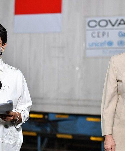 Menteri Luar Negeri Retno Marsudi dalam konferensi pers setibanya vaksin COVID-19 AstraZeneca sebanyak 3.852.000 dosis melalui fasilitas kerja sama vaksin multilateral COVAX dalam pengiriman gelombang kedua di Terminal Cargo Bandara Soekarno Hatta, Tangerang, Banten, Senin (26/4/2021). Foto : Antara