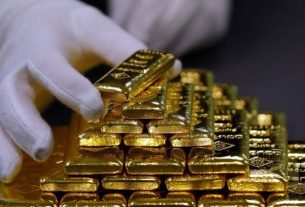 Seorang karyawan menyortir emas batangan di Pabrik Pemisahan Emas dan Perak Austria 'Oegussa' di Wina, Austria. Foto : Antara