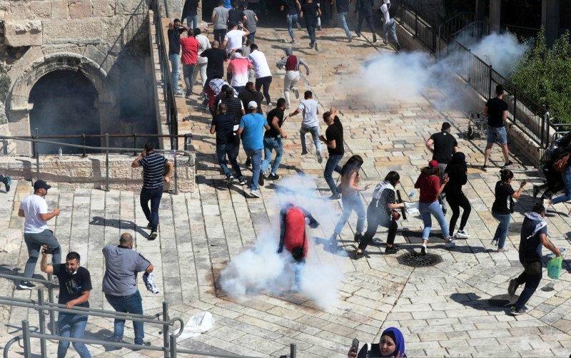 Pengunjuk rasa Palestina berunjuk rasa sebagai rasa solidaritas mereka ditengah pertempuran Israel-Gaza, di Kota Tua Yerusalem, Selasa (18/5/2021). Foto: Reuters.