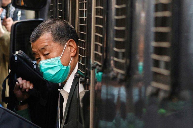 Media mogul Jimmy Lai, pendiri Apple Daily, tiba di Pengadilan Banding Akhir dengan penjara van di Hong Kong, Cina, Senin (1/2/2021)