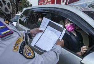 Ilustrasi petugas gabungan memeriksa pengendara yang akan masuk ke wilayah DKI Jakarta di kawasan perbatasan Bekasi-Karawang, Jawa Barat, Foto : Antara.
