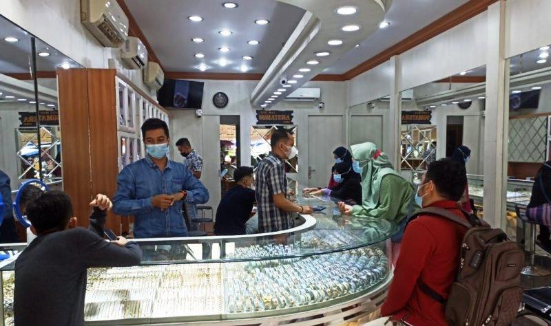 Ilustrasi proses jual beli emas di salah satu pusat perbelanjaan. Foto :Antara.