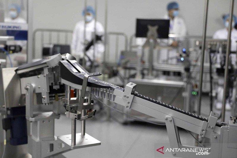 Karyawan mengawasi proses produksi vaksin COVID-19 di Beijing Biological Products Institute, unit dari China National Biotec Group (CNBG), anak perusahaan Sinopharm di Kota Beijing, China, Jumat (26/2/2021)