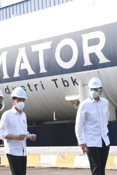 Presiden Jokowi meninjau produsen gas PT. Aneka Gas Industri (Samator), Jumat (16/07/2021) pagi, di kawasan Pulo Gadung, Jakarta Timur.
