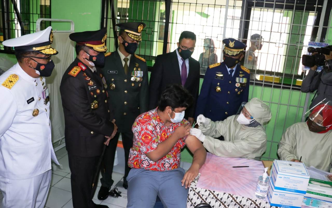 Seorang remaja di Jakarta menerima penyuntikan vaksin covid-19.