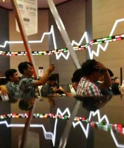 Ilustrasi - Sejumlah pengunjung duduk berlatar belakang pergerakan Indeks Harga Saham Gabungan (IHSG) di Bursa Efek Indonesia, Jakarta. Foto : Antara